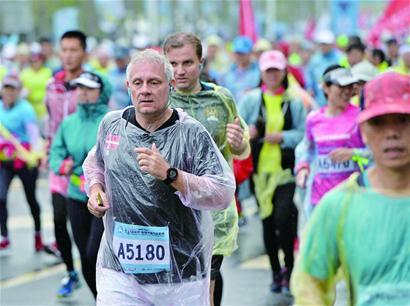 2016青岛(高新区)国际半程马拉松赛雨中开跑 - 青岛市